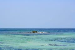 Kleine Insel im ruhigen See Stockfoto