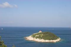 Kleine Insel im szenischen Ozean Lizenzfreies Stockfoto