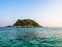 Kleine Insel im tropischen Meer Stockbild