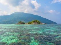 Kleine Insel im tropischen Meer Stockbilder