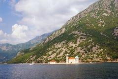 Kleine Insel mit Kirche Unsere Dame des Felsen Gospa Ods Skrpjela, Bucht von Kotor, Montenegro Lizenzfreies Stockfoto