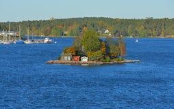 Kleine Insel mit roten Häusern in Stockholm-Archipel lizenzfreie stockbilder