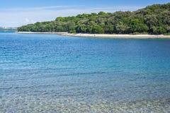 Kleine Insel mit tiefem blauem Meer Stockfotos