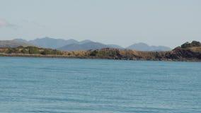 Kleine Insel mitten in dem Ozean stock video footage