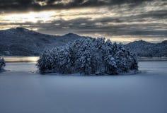 Kleine Insel in schneebedecktem Norwegen Stockfotos