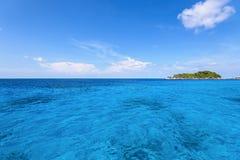 Kleine Insel und blaues Meer in MU Koh Similan Lizenzfreie Stockfotografie