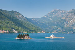 Kleine Inseln in der Bucht von Kotor, adriatisches Meer Stockfotos