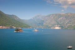 Kleine Inseln in der Bucht von Kotor, adriatisches Meer Lizenzfreies Stockfoto