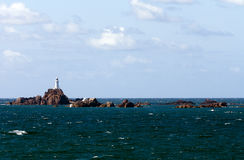 Kleine Inseln im Ozean Stockfotos