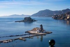 Kleine Inseln mit christlichen Kirchen in Griechenland stockbild