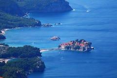 Kleine Inselstadt auf Meer sprang mit Strand Stockbild
