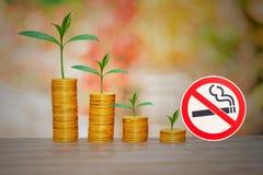 kleine installaties met muntstukken die met nr worden gestapeld - rokend teken stock afbeeldingen
