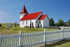 Kleine isländische Kirche mit Kirchhof Lizenzfreies Stockfoto