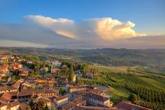 Kleine italienische Stadt auf den Hügeln bei Sonnenuntergang. Lizenzfreies Stockfoto