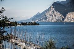 Kleine italienische Stadt am See Garda mit Segelnhafen stockfotografie