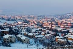 Kleine italienische Stadt unter dem Schnee lizenzfreie stockbilder