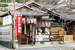 Kleine Japanse boeddhistische heiligdomingang en voorgevel in Kyoto stock fotografie