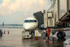 Kleine jet met jetway in bijlage bij de terminal van de luchthavenpoort royalty-vrije stock fotografie