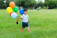 Kleine jong geitjegreep met groep ballon Royalty-vrije Stock Afbeelding