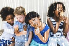 Kleine jonge geitjes die yummy roomijs eten royalty-vrije stock afbeelding