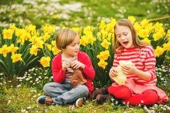 Kleine jonge geitjes met chocoladekonijntjes, portret Royalty-vrije Stock Foto
