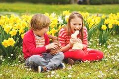 Kleine jonge geitjes met chocoladekonijntjes, portret Royalty-vrije Stock Fotografie