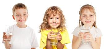 Kleine jonge geitjes met een glas water Royalty-vrije Stock Afbeelding