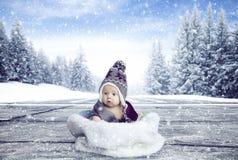 Kleine jongen binnen bont royalty-vrije stock fotografie
