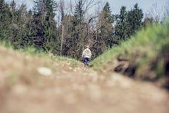 Kleine jongen die in bergachtig platteland lopen Royalty-vrije Stock Afbeeldingen