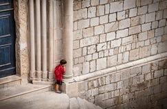 Kleine jongen die proberen te verbergen royalty-vrije stock foto