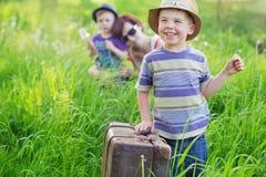 Kleine jongen die tijdens verwijdering helpen Stock Afbeeldingen