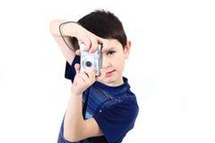 Kleine jongen die vwith digitale camera fotografeert Royalty-vrije Stock Foto