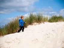 Kleine jongen in duin landcsape Stock Foto