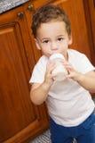 Kleine jongen het drinken melk Royalty-vrije Stock Afbeelding