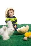 Kleine jongen met stuk speelgoed konijntjes, kuikens en eieren stock foto