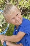 Kleine jongen met tenis raket stock foto