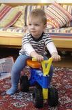 Kleine jongen op fiets Royalty-vrije Stock Foto's
