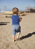 Kleine jongen op strand Stock Foto's