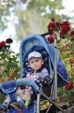 Kleine jongen in perambulator Royalty-vrije Stock Afbeelding