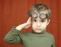 Kleine jongen in zwemmende glazenspelen Stock Afbeelding
