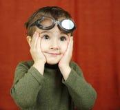 Kleine jongen in zwemmende glazenspelen Stock Foto's