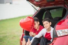 Kleine jongens die ballonhart geven aan zijn moederliefde royalty-vrije stock afbeelding