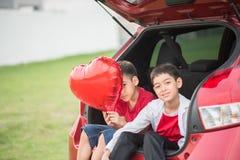 Kleine jongens die ballonhart geven aan zijn moederliefde royalty-vrije stock fotografie