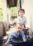 Kleine jongens die buiten het huis spelen Stock Fotografie