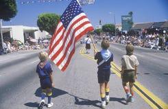 Kleine Jongens die in 4 de Parade van Juli, Vreedzame Palissaden, Californië marcheren Stock Foto's