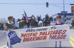 Kleine Jongens die in 4 de Parade van Juli, Vreedzame Palissaden, Californië marcheren Royalty-vrije Stock Afbeeldingen