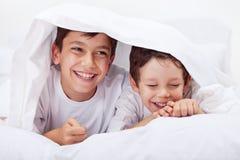 Kleine jongens die samen giechelen royalty-vrije stock fotografie