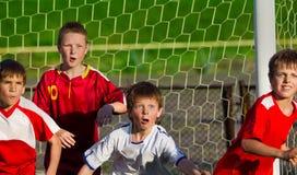 Jongens die voetbal spelen royalty-vrije stock afbeelding
