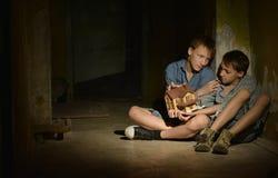 Kleine jongens in een donkere kelder royalty-vrije stock fotografie