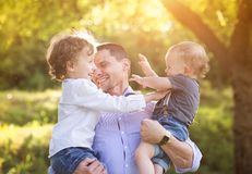 Kleine jongens met hun papa royalty-vrije stock afbeeldingen